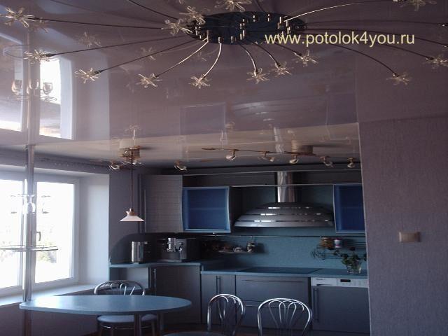 белый натяжной глянцевый потолок фото